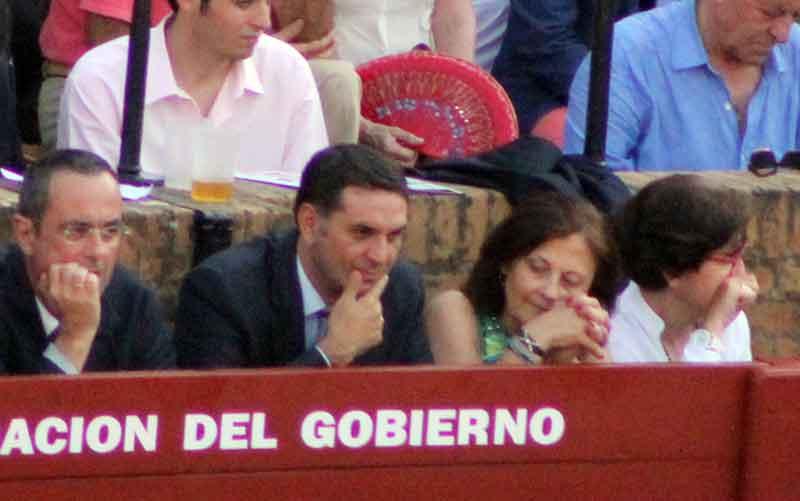 El delegado de la Junta, Javier Fernández, 'trabajando' duro en beneficio de la Fiesta...