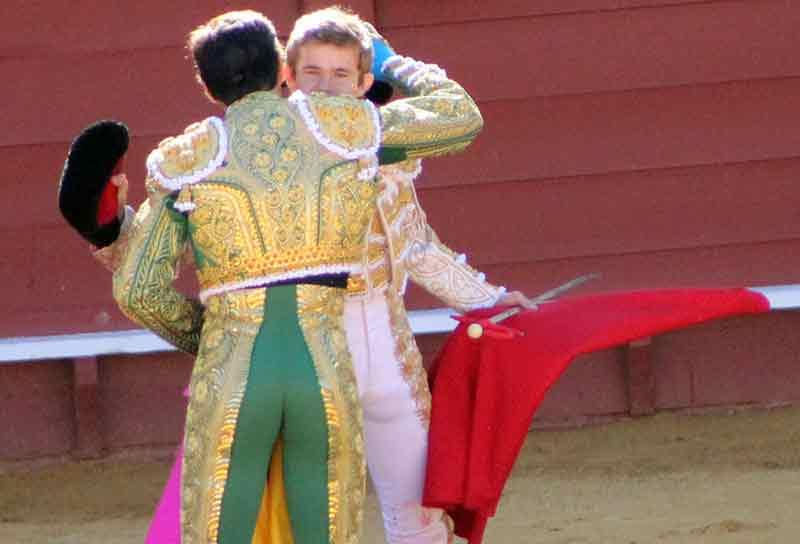 El abrazo de allternativa de Javier Jiménez a El Cid.