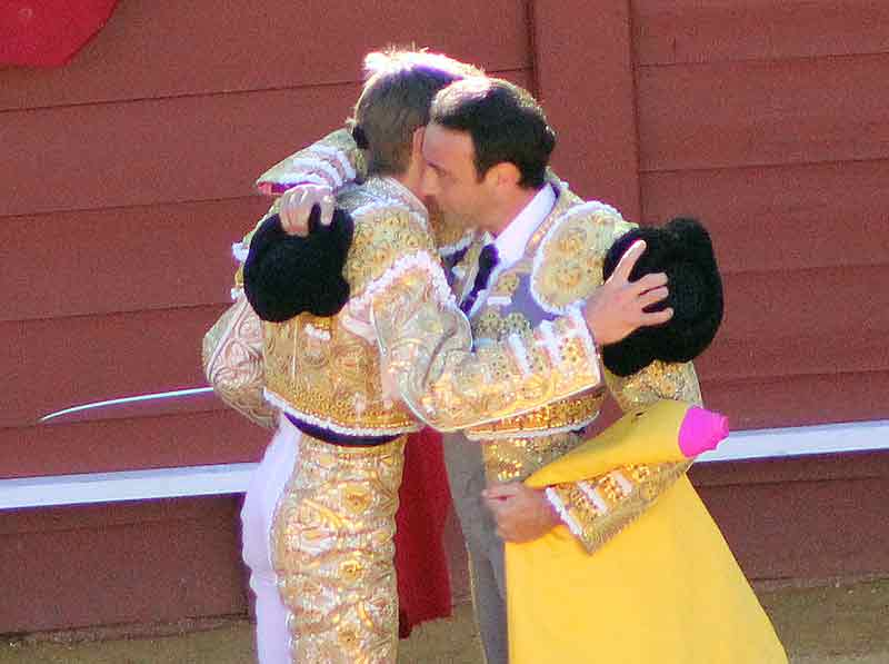 El abrazo de allternativa de Javier Jiménez a Ponce.