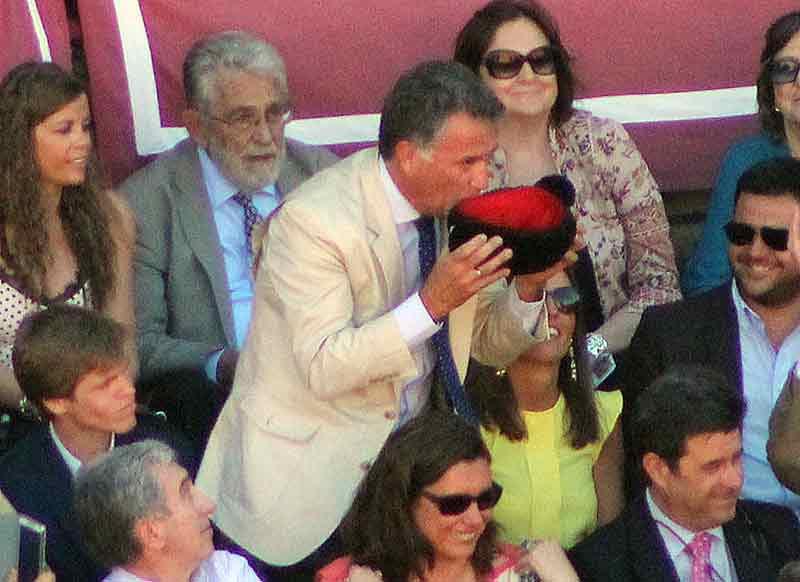 El padre de Javier Jiménez besa la montera tras el brindis de su hijo.