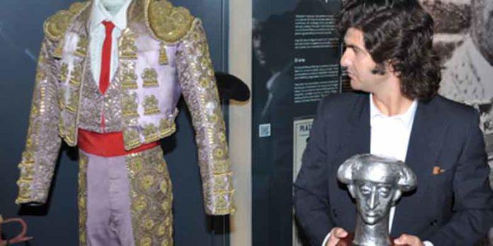 Morante, con el trofeo 'Manolete', observa un vestido del histórico torero cordobés. (FOTO: Ladis)