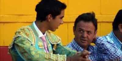 Pepe Luis Vargas junto a un alumno de la Escuela de Écija. (FOTO: Javier Martínez)