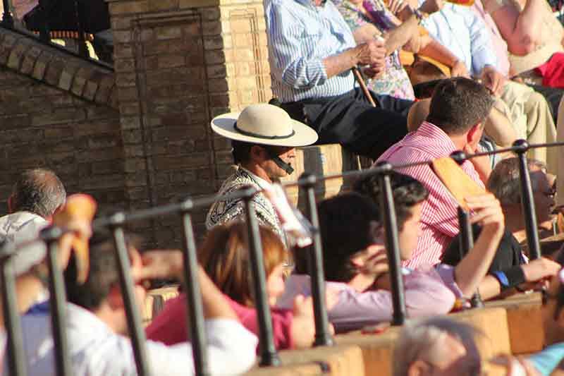 Un picador camuflado entre el público.