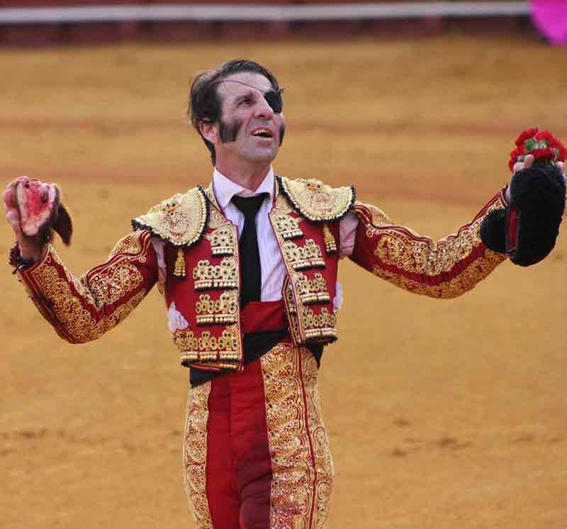 Juan José Padilla con la oreja del quinto de Torrestrella. (FOTO: Javier Martínez)