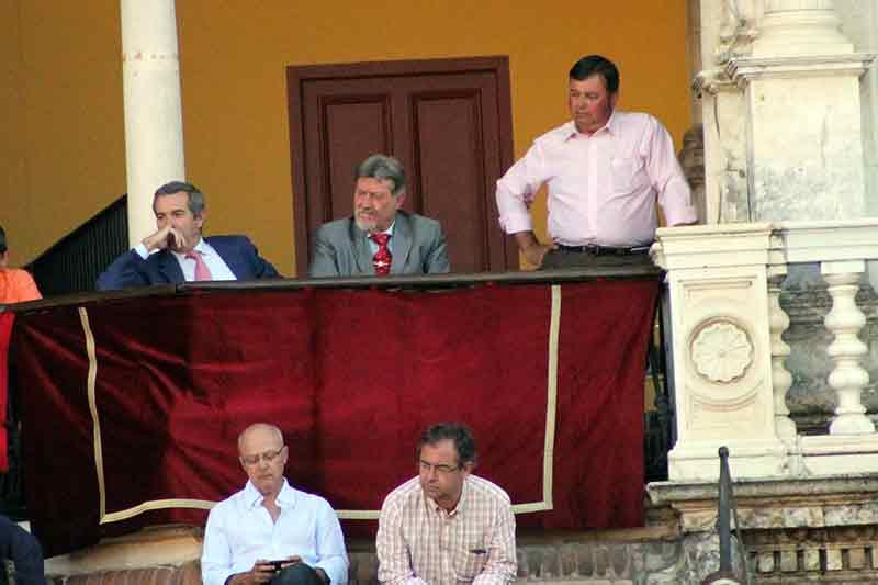 El asesor Alfonso Ordóñez tuvo que ausentarse unos minutos.