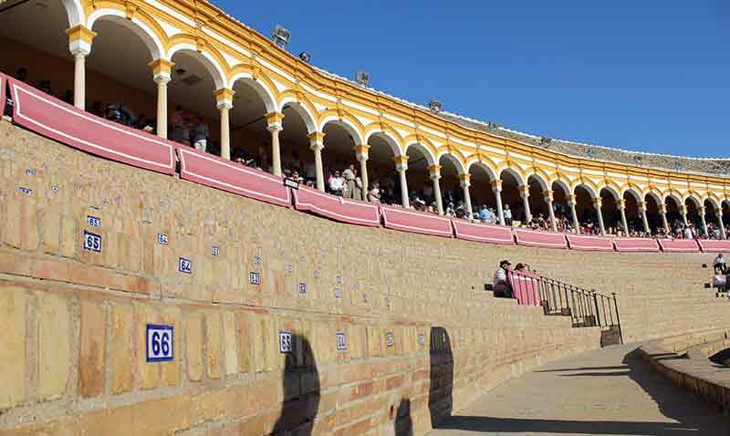 Poco más de un tercio de plaza... Sevilla se hunde. Los tendidos de sol, casi vacíos.