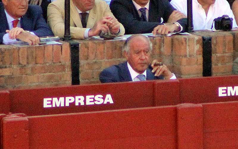Y así acabó la Feria el empresario Ramón Valencia, con un puro para templar y solo en el burladero de la empresa.