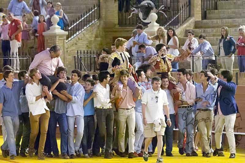 El ganadero Ricardo Gallardo y los novilleros Borja Jiméenz y José Garrido en la triunfal salida a hombros final.