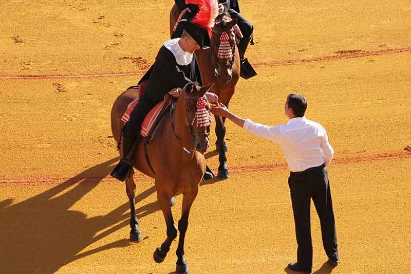 Los alguacilillos hermanos Zulueta entregan la llave de los chiqueros al torilero.