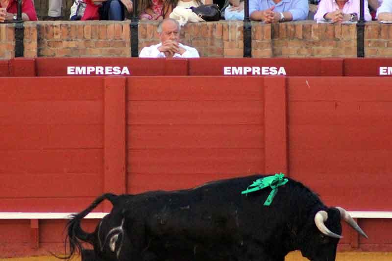 Durante el primer novillo, Ramón Valencia estuvo solo en el burladero de la empresa.