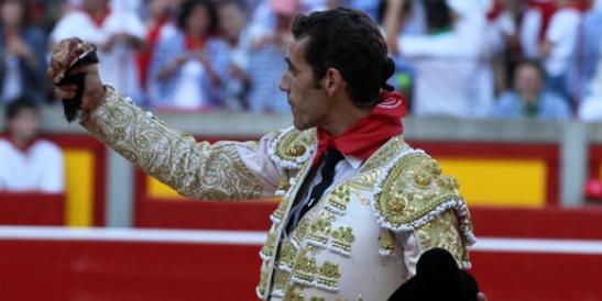 Pepe Moral con la oreja ganada hoy en Pamplona. (FOTO: mundotoro.com)