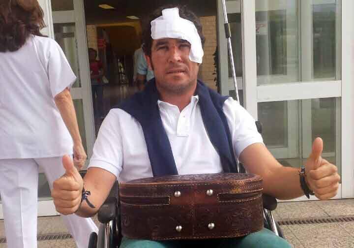 El banderillero José Luis Neiro, en silla de ruedas, abandonando el Hospital de Calahorra hoy martes.