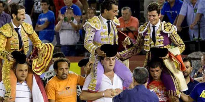 Daniel Luque, a la derecha, a hombros hoy en Ciudad Real.