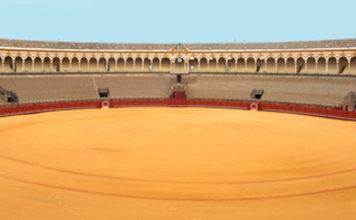 La Maestranza, cerrada y vacía el 15 de agosto, festividad de la patrona de Sevilla, la Virgen de los Reyes.
