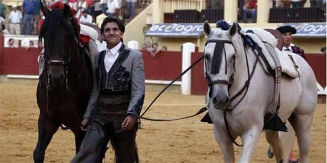 Diego Ventura, en la vuelta al ruedo final con algunos de sus mejores caballos (FOTO: González Arjona)