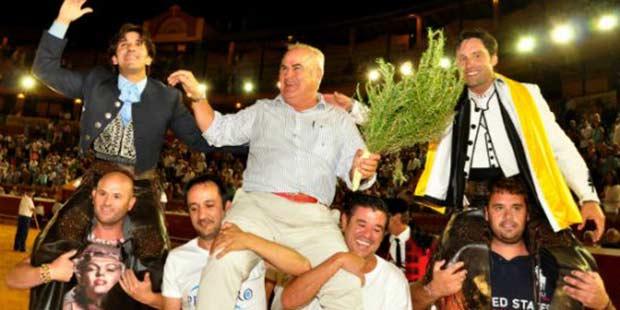 Diego Ventura, junto al ganadero y Andrés Romero, a hombros hoy en Huelva. (FOTO: José Andrés)
