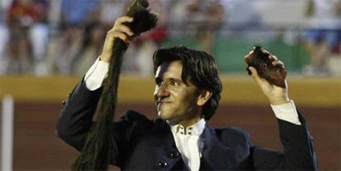Diego Ventura, con las orejas y el rabo hoy en Pollos (Valladolid). (FOTO: González Arjona)