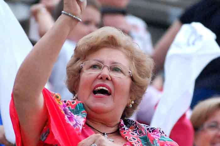 La abuela de Jesús Álvarez, pidiendo la oreja para su nieto.