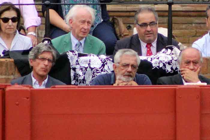 Los representantes de la empresa Pagés, y detrás en barrera, Albert Boadella.