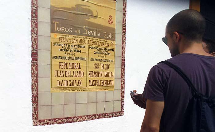Aunque sobre el nombre de Joselito Adame se ha pegado un recorte con el sustituto de Pepe Moral, aparentemente da la impresión que es el cartel original; no se ha incluido en ninguno de la decena de carteles de la plaza el habitual 'Aviso' explicando el cambio de torero y su motivo, así como recordar el derecho que le asiste, en su caso, al abonado. (FOTO: Javier Martínez)