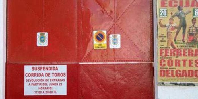 Un cartel en la plaza de Écija sólo informa de la suspensión, pero sin indicar el motivo ni el cambio de ganadería; la Junta de Andalucía sigue sin explicar lo sucedido. (FOTO: Écija al Día)