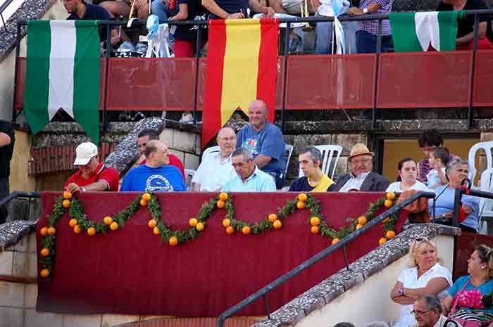 Espectadores algabeños preparados para el festejo.