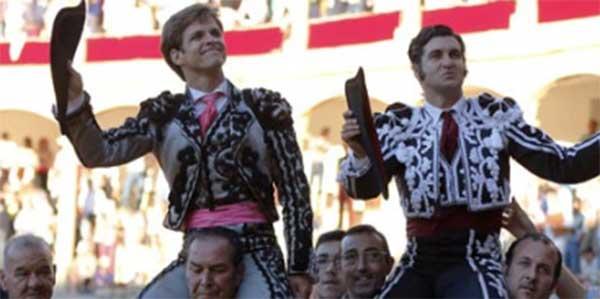 El Juli y Morante, a hombros hoy en Ronda. (FOTO: Arjona/mundotoro.com)