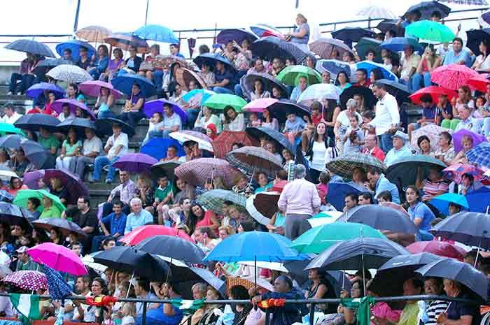 Tarde con lluvia, una incomodidad para aficionados y toreros.