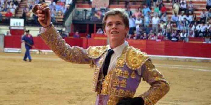 El sevillano Borja Jiménez, con la oreja ganada hoy en Zaragoza.