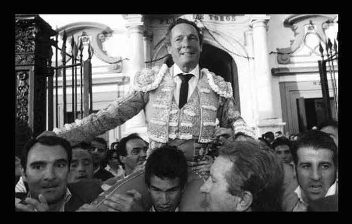 Manzanares, saliendo a hombros de su propio hijo y rodeado de toreros el día de su retirada en 2006 en la Maestranza.