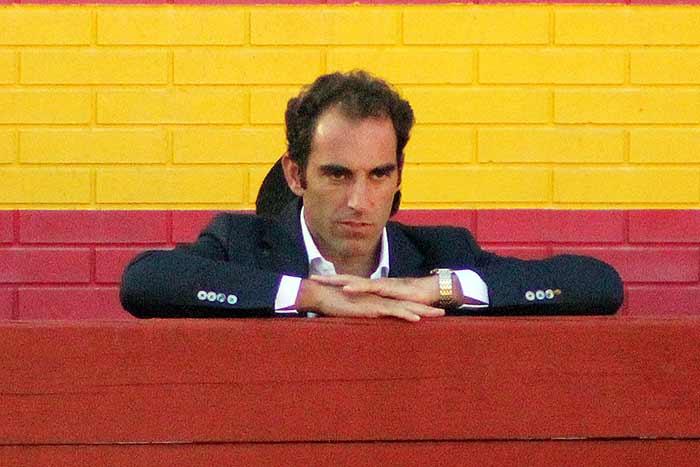 Salvador Cortés, pendiente de Espartaco toda la tarde.