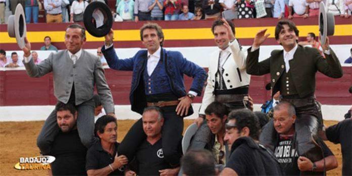 Diego Ventura, a la derecha, saliendo a hombros con sus dos compañeros y el mayoral esta tade en Zafra. (FOTO: Gallardo/badajoztaurina.com)