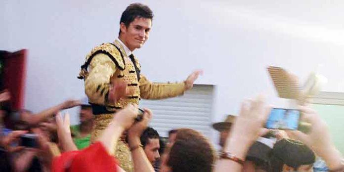Daniel Luque, en su salida a hombros de la plaza de Cortegana.