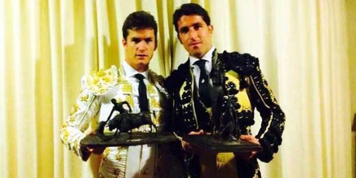 Daniel Luque, ayudado por su banderillero el también sevillano Abraham Neiro, con los dos trofeos ganados en Riobamba (Ecuador).