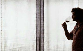 Morante de la Puebla saborea una copa de rioja mientras reflexiona sobre su concepto del toreo. (FOTO: Justo Rodríguez)