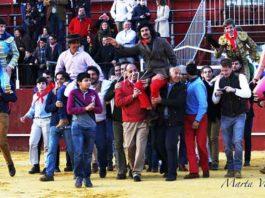 Morante de la Puebla, ganadero e impulsor del novedoso proyecto, a hombros tras la novillada en la que fue ganadero celebrada en su pueblo y acompañado por los cinco noveles locales. (FOTO: Marta Verdugo)