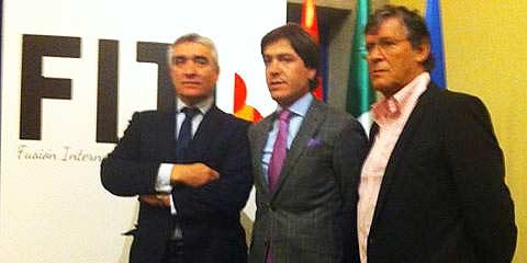 Los sevillanos Pepe Cutiño y Antonio Barrera, junto al francés Simón Casas, durante la presentación.