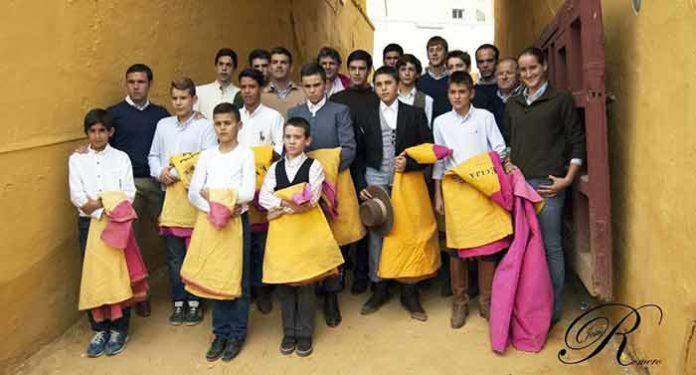 Los alumnos de la Escuela de Tauromaquia de Écija en la clase práctica para celebrar el final del curso 2014.