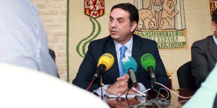Los tres años de gestión de Javier Fernández, el ya ex delegado de la Junta de Andalucía en Sevilla, no ha servido para avances taurinos en la provincia sevillana. (FOTO: Javier Martínez)