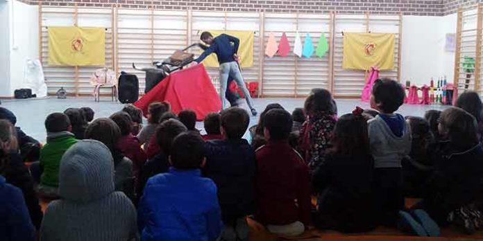 El gimnasio del Colegio 'Virgen del Rosario' de Las Pajanosas se llenó de escolares para la charla sobre el toreo.