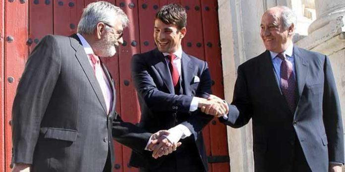 Foto de archivo, con Canorea, Manzanares y Valencia estrechando las manos en señal de acuerdo. (FOTO: ABC-Sevilla)