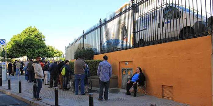 A las 11 de la mañana, este era el final de la cola, apenas ocupando unos metros de la calle Antonia Díaz, muy lejos de lo que afirma la empresa en un comunicado. (FOTO: Javier Martínez)