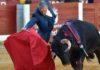 Muletazo con la derecha de Espartaco hoy en Almendralejo. (FOTO: Manuel Godoy/badajoztaurina.com)