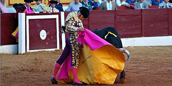 El gran toreo de Morante con el capote en el tercero. (FOTO: José Campos / badajoztaurina.com)