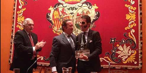 Juan José Padilla recibiendo el trofeo a 'La mejor lección torera' de Aula Taurina de Sevilla.