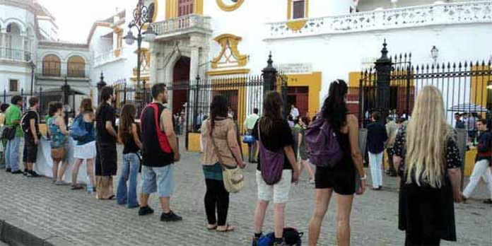 El Gobierno central permitirá que el sábado de preferia los antitaurinos protesten en la misma fachada de la Puerta del Príncipe, como el año pasado. (FOTO: Javier Martínez)