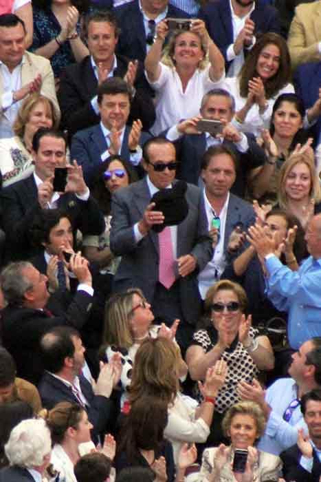 Curro recibe una enorme ovación.