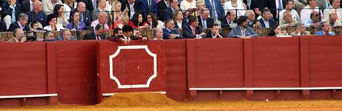 Los gañoteros que han llenado otra vez hoy el díscolo burladero de la Junta de Andalucía, con varios trabajadores y funcionarios. El privilegio sobre los demás de ver los toros sin pagar.