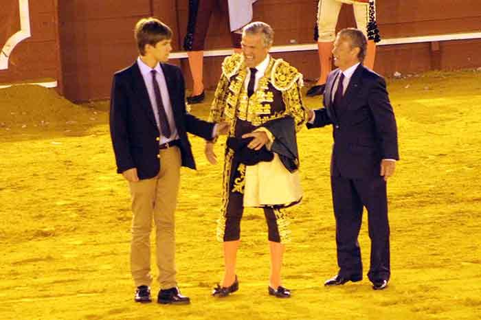 El hijo y el padre de Espartaco le cortan la coleta al acabar la corrida.