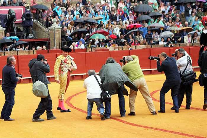 Los fotógrafos rodean a Dávila Miura al inciar paseíllo.